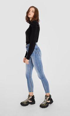Blugi super high waist de la Stradivarius cu doar 99.9 RON ofertă disponibilă pentru un timp limitat. Jeans de damă mereu în tendințe. Intră acum! Basic Outfits, Mom Jeans, Fashion Outfits, France, Style, Women, Clothing, Prince Of Wales, Woman