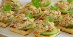Бутерброды с печенью трески — закуска, которая отлично дополнит любое праздничное застолье. Делать такую закуску можно на тостах или крекерах. Украшенные зеленью бутерброды смотрятся ярко и нарядно и обычно не задерживаются на столе надолго. Ингредиенты:: консервированная печень трески— 1банка;