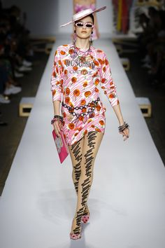 5c9bd4f5b48b Moschino Spring 2019 Ready-to-Wear Collection - Vogue Fashion Forecasting