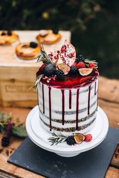 Red drip naked cake (fruit dessert birthday)