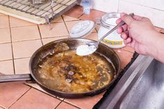 You've heard of Cleaning Pots and Pans for Dummies? This is how to clean pots and pans for the poor and indolent. Cleaning Burnt Pans, Green Cleaning, Clean Pots, Burnt Food, Baking Soda Uses, Herd, Roasting Pan, No Cook Meals, Cleaning Hacks