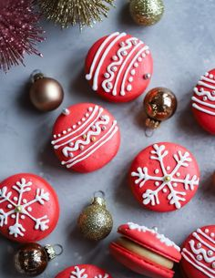 Day Cranberry Macaron Ornaments with a Gingerbread Buttercream Icing Christmas Sweets, 12 Days Of Christmas, Christmas Goodies, Christmas Baking, Winter Christmas, Christmas Bulbs, Macarons Christmas, Italian Christmas, Macaron Cookies