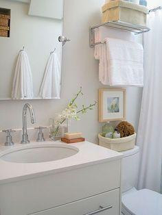 Gana zonas de almacenaje en baños pequeños. Repisa toallero sobre la poceta