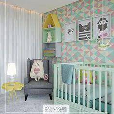 Neste quarto de bebê, o toque lúdico não está apenas na paleta de cores ou nos acessórios, mas também no mobiliário, de forma sutil e muito contemporânea: nichos agrupados que formam uma casinha na parede, e uma mesa lateral com tampo em formato de nuvem #camilakleinarquiteta #babyroom #quartodebebê