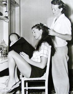 """Esther Williams reads script while hairdresser works. MGM girls had to learn to perfect posture: to walk downstairs, in heels, never looking at one's feet; to tuck in one's bottom when walking; and, as terrifying tutor Miss Bates dictated…""""to have a. Golden Age Of Hollywood, Vintage Hollywood, Hollywood Stars, Classic Hollywood, 50s Vintage, Basic Ballet Moves, Ester Williams, Swimming Champions, 1940s Looks"""