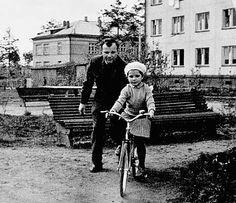 """C младшей дочерью, Галочкой   """"В пять лет он научил меня кататься на двухколесном велосипеде. Я падала, разбивала коленки, он меня поднимал, снова усаживал: """"Вперед!"""" Я не плакала. Плакать было нельзя"""""""