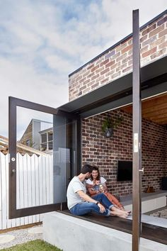 Maroubra House in Sydney has brick and concrete materials design . Modern Family House, Modern Houses, Recycled Brick, D House, House Extensions, Kitchen Extensions, Young Family, Bay Window, Window Sill