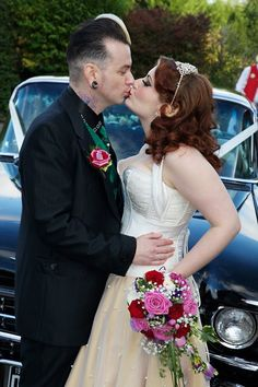 Gorgeous fun bad ass bride and Groom seriously cool 😎 couple 🙃 Rockabilly Couple, Rockabilly Wedding Dresses, Rockabilly Looks, Rockabilly Fashion, Tea Length Bridesmaid Dresses, Wedding Bridesmaids, Rock And Roll, Flapper Wedding, Dream Wedding