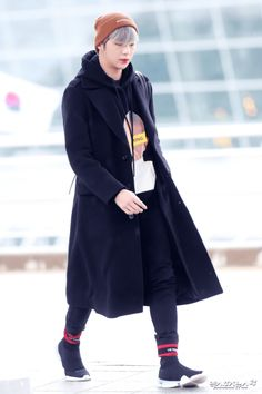 By wearing these two winter essential accessories, they are able to stay warm during korea's harsh winter weather while also completing their outfits with a Korean Fashion Minimal, Korean Fashion Summer Casual, Korean Fashion Kpop, Korean Street Fashion, Winter Fashion Outfits, Casual Outfits, Airport Fashion, Winter Essentials, Fashion Essentials