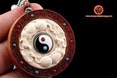 """amulette taoïste, Yin yang. Santal de haute qualité dite de """"laoshan"""" rare et précieux. Ivoire de mammouth de Sibérie. 5cm de diamètre Feng Shui Jewellery, Ivoire, Yin Yang, Pocket Watch, Brooch, Accessories, Jewelry, Jewlery, Jewerly"""