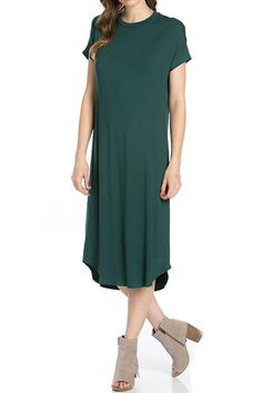 We are totally loving this comfortable and chic midi dress. It is easy to wear in any kind of weather. Pair it with with boots and jacket for chilly weather or with a pair of sandals for warmer climat
