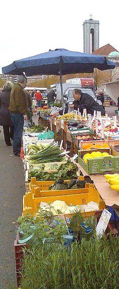 Torvet Ingerslevs boulevard, Aarhus. et af Danmarks største Torve. Åbent hver onsdag og Lørdag. Der sælges fødevarer af alle slags - Grønsager, ost og kød -  både regionale og økologiske produkter findes på torvet. Der kan købes friskpresset æblemost, som presse imens kunden ser på. 3