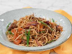 Det blir supersnabbt och superenkelt när Jennie Walldén bjuder på middag! Wokade nudlar med grönsaker i säsong och nötfärs - en riktig familjefavorit! Wok, Japchae, Spaghetti, Vegetarian, Lunch, Dinner, Ethnic Recipes, Noodles, Brother