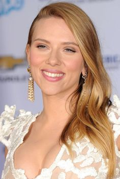 The A-list stars who experimented with dramatic hair makeovers Scarlett Johansson, Black Widow Scarlett, Black Widow Natasha, Cute Hairstyles For Short Hair, Celebrity Hairstyles, Beautiful Celebrities, Beautiful Actresses, Sienna Miller Bob, Dramatic Hair