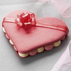 Valentine Desserts, Mini Desserts, Valentines Day, Menu Saint Valentin, Mac Cake, Macaron Cake, Beautiful Desserts, Baking And Pastry, French Pastries