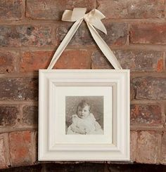 DIY Bow Making Three Loop Picture Hanger Ribbon Bow - save on crafts Wall Hanging Photo Frames, Diy Hanging, Hanging Pictures, How To Tie Ribbon, How To Make Bows, Ribbon Bows, Diy Ribbon, Picture Hangers, Photo Picture Frames