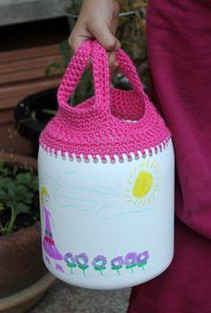 Reutilizar envases de plastico con crochet, se pueden hacer bolsos de paseo, cestos de tesoros para bebés, para guardar juguetes