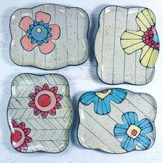 Ceramic Decor, Ceramic Clay, Kids Org, Beginner Pottery, Clay Plates, Pottery Plates, Polymer Clay Projects, Ceramic Flowers, Pottery Painting