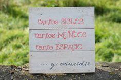 Frase pintada sobre tablas elaboradas con madera reciclada de palets.