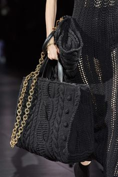 Dolce & Gabbana Fall 2020 Ready-to-Wear Fashion Show - Vogue 2020 Fashion Trends, Spring Fashion Trends, Fashion 2020, Fashion Show, Autumn Fashion, Dolce & Gabbana, Dolce And Gabbana Handbags, Knit Fashion, Fashion Bags