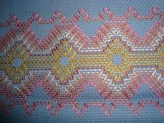 graficos coloridos de vagonite faceis_Pesquisa do Baidu Diy Crafts Vintage, Diy And Crafts, Huck Towels, Swedish Weaving Patterns, Swedish Embroidery, Chicken Scratch Embroidery, Monks Cloth, Bargello, Bohemian Rug
