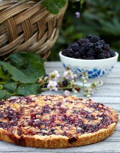 Brombær er et af sensommerens smukkeste bær. Deres smag kan variere fra det lidt småsure til det let søde, og de gør sig fantastisk i alt fra marmelader til smukke desserter pyntet med de friske, sortlilla bær. Vi har lavet søde lækkerier af de skønne bær. Danish Dessert, Danish Food, Sweet Pie, Sweet Tarts, Sweets Cake, Tea Cakes, Sweet And Salty, Yummy Cakes, Food And Drink