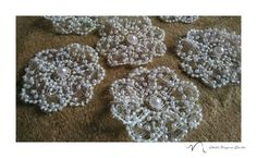 Estamos fazendo essas flores bordadas com mini pérolas pra um vestido super delicado de dama de honra! Peças infantis são sempre um amor, né?! Tem como não amar?! 😊😍 #atelienayararocha #damadehonra #perolas #bordados