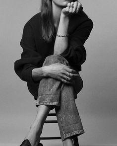 Eye-catching black and white fashion photography. Model Poses Photography, Fashion Photography, Composition Photo, Kreative Portraits, Images Instagram, Shotting Photo, Jolie Photo, Studio Shoot, Insta Photo