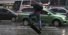 25/jan/2013 - BRASIL - SÃO PAULO - Skatista enfrenta a chuva na avenida Paulista, centro de São Paulo, na tarde desta sexta-feira - dia do aniversário da cidade. Levy Ribeiro/Brazil Photo.