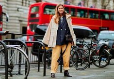Here is the best street style looks captured at London Fashion Week Autumn/Winter Fashion Editor, Fashion Week, Fashion Show, Autumn Street Style, Street Style Looks, Happy Boxing Day, Cool Street Fashion, Women Wear, London
