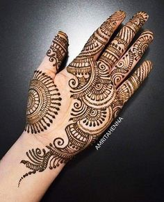 Simple Mehendi designs to kick start the ceremonial fun. If complex & elaborate henna patterns are a bit too much for you, then check out these simple Mehendi designs. Easy Mehndi Designs, Henna Hand Designs, Dulhan Mehndi Designs, Latest Mehndi Designs, Bridal Mehndi Designs, Mehendi, Mehndi Designs Finger, Palm Mehndi Design, Mehndi Designs For Girls