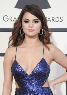 At the 2016 Grammy Awards, Selena Gomez wore a brown wavy hairstyle. Photo: Tinseltown / Shutterstock.com