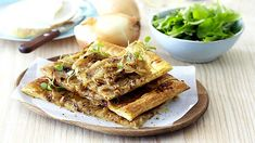 EASY ROAST ONION TART - Quick and easy, this tasty tart is ideal served hot as a starter or cold for afternoon tea with friends. Romantic Recipes, Unique Recipes, Vegetarian Recipes Dinner, Dinner Recipes, Onion Tart, Roasted Onions, Lentil Soup, Cooking Classes, Afternoon Tea