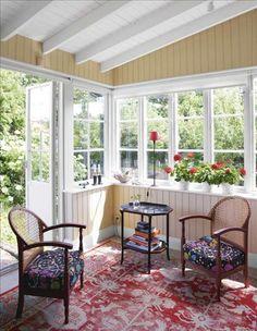Den stora verandan har gulmålade väggar, medan vitt är förhärskande på de flesta andra håll i huset....