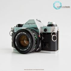 "Canon AE-1 Program + Canon 50mm f/1.8 Standard Prime Lens  Canon AE-1 Program เปิดตัวเมื่อปี 1981 หลังจาก canon ประสบความสำเร็จกับ AE-1 ความแตกต่างของกล้อง 2 รุ่นนี้อยู่ที่โหมด Program ที่เพิ่มขึ้นมา ซึ่งโหมด P นี้ จะสามารถตั้ง shutter speed และ aperture ได้เองโดยอัตโนมัติ จุดเด่นอีกอย่างหนึ่งก็คือ AE-1P มี focusing screen ที่สว่างมากและเป็นแบบเดียวกับที่ใช้ในกล้องรุ่นใหญ่อย่าง Canon F-1 สามารถใช้งานได้ง่ายกับ ""slow lens (up to f/5.6)"" และถอดเปลี่ยน focusing screen ได้"