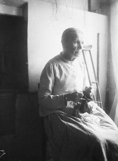 mylläri Liisa Hiitoliini kutoo villasukkaa 1923, kuva Samuli Paulaharju