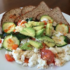 Vegetable Egg White Scramble with Low carb Toast! 350cal/22carb/10fat/43pro