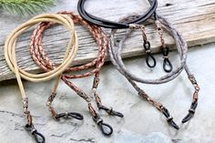 Portaojos de cuero trenzado rústico de Vermont Lanyards para hombres y mujeres. Hermoso tinte natural Europeo trenzado y cordón de cuero liso en una variedad de colores con extremos antiguos de cobre esculpidos rústicos para un estilo exclusivo. Los clips de cobre antiguos se añaden para reemplazar Leather Lanyard, Leather Cord, Metal Jewelry, Beaded Jewelry, Diy Glasses, Eyeglass Holder, Diy For Men, Chains For Men, Braided Leather