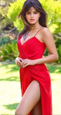 Selena Gomez is a American actress, singer, and producer Selena Marie Gomez is an inspiration for the youth of the country. Selena Gomez Fotos, Estilo Selena Gomez, Selena Gomez Photoshoot, Selena Gomez Outfits, Selena Gomez Pictures, Selena Gomez Style, Selena Gomez Body, Selena Gomez Red Dress, Selena Gomez Bangs