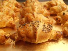 APÉRO | AMUSE-GUEULES ■ CROISSANTS Couper une pâte feuilletée du commerce en 14 parts égales en partant du centre. Sur chaque part, mettre un morceau de jambon blanc, du fromage râpé et poivrer très légèrement. Rouler chaque part de l'extérieur vers le centre en donnant une forme de croissant. Dorer au jaune d'oeuf battu et ajouter grains de sésame, graines de pavot et ciboulette ciselée. mettre à cuire10 minutes au four thermostat 220°C