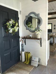comment organiser l'espace dans votre petite entrée, porte d entree grise, miroir design mural, couronne de fleurs pour la porte d entree
