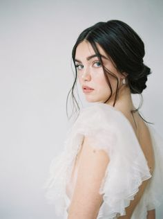Wedding inspiration that is elegant with a focus on natural/neutral tones with plenty of white. See our 3 tips in how to create a neutral tone wedding. Wedding Hair And Makeup, Bridal Makeup, Hair Makeup, Casual Wedding Hair, Long Bridal Hair, Crown Hairstyles, Bride Hairstyles, Bridesmaids Hairstyles, Side Part Hairstyles