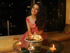 Shraddha Kapoor Looking adorable on Diwali. Diwali Photography, Fashion Photography Poses, Girls Dp, Sweet Girls, Diwali Photos, Diwali Decorations At Home, Half Girlfriend, Sraddha Kapoor, Diwali Diy