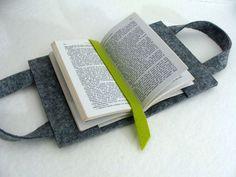 Sac à livre: étui en feutre pour porter, ranger et protéger son livre. Feutre gris et feutrine verte. Format de livre maximum: 18,5 cm de hauteu