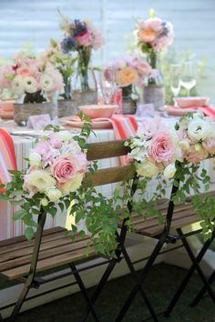 As flores e folhagens fazem bem seu papel de tornar a Mesa dos Noivos única em meio a dos convidados. E isto, na perfeita medida, para que as demais, não passem despercebidas.