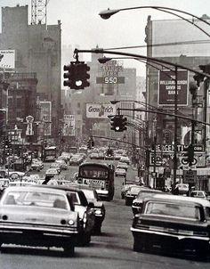 A Busy New York City scene in 1960 Vintage Photography, Street Photography, Travel Photography, Old Photos, Vintage Photos, A New York Minute, Cities, City Scene, Studio 54