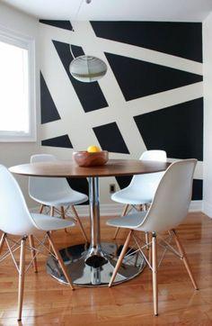 salle de sejour mur blanc et noir double couleur mur sol en parquet table tulipe