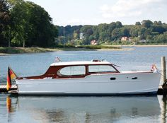 Looking for the Chris Craft Sedan Cruiser of your dreams? There are currently 1 Chris Craft Sedan Cruiser yachts as well as many other classic and modern yachts and sailing boats for sale on Classic Driver. Yacht Design, Boat Design, Wooden Speed Boats, Chris Craft Boats, All Ride, Runabout Boat, Yacht Builders, Classic Wooden Boats, Deck Boat
