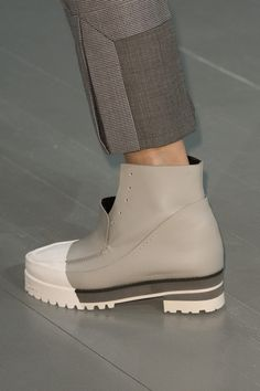 JS Lee at London Fashion Week Spring 2019 - Details Runway Photos Fashion Pants, Sneakers Fashion, Fashion Shoes, Fashion Backpack, High Fashion, Winter Fashion, Fashion Jewelry, Luxury Shoes, Girls Shoes