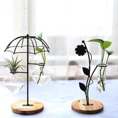 Wrought Iron Vase These charming wrought iron vases are offered in a number of fun styles. House Plants Decor, Plant Decor, Garden Rack, Metal Plant Hangers, Ivy Plants, Wood Vase, Ideias Diy, Iron Art, Hanging Pots
